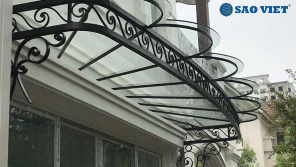 Nhờ có mái kính, ngôi nhà không còn bị mưa hắt. Ánh sáng và không khí lưu thông tạo nên sự thoáng đãng dễ chịu