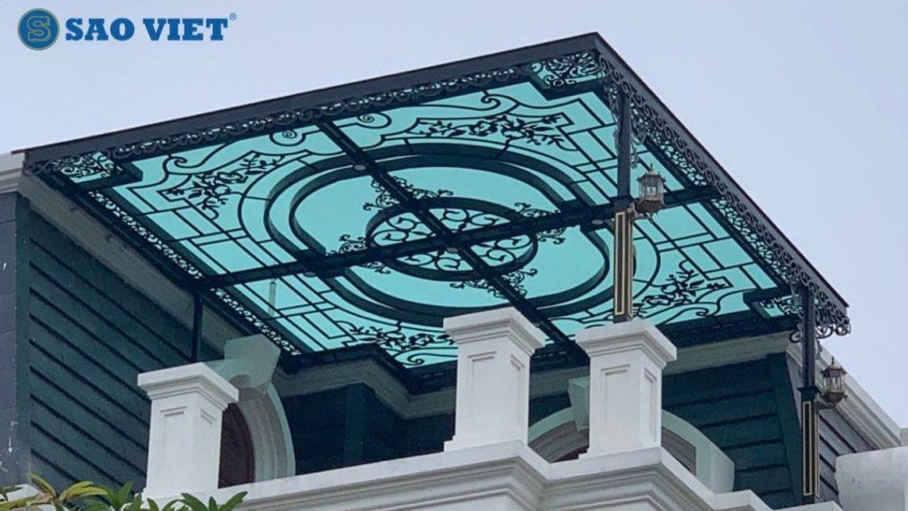 Mái kính biệt thự nổi bật với khung sắt nghệ thuật