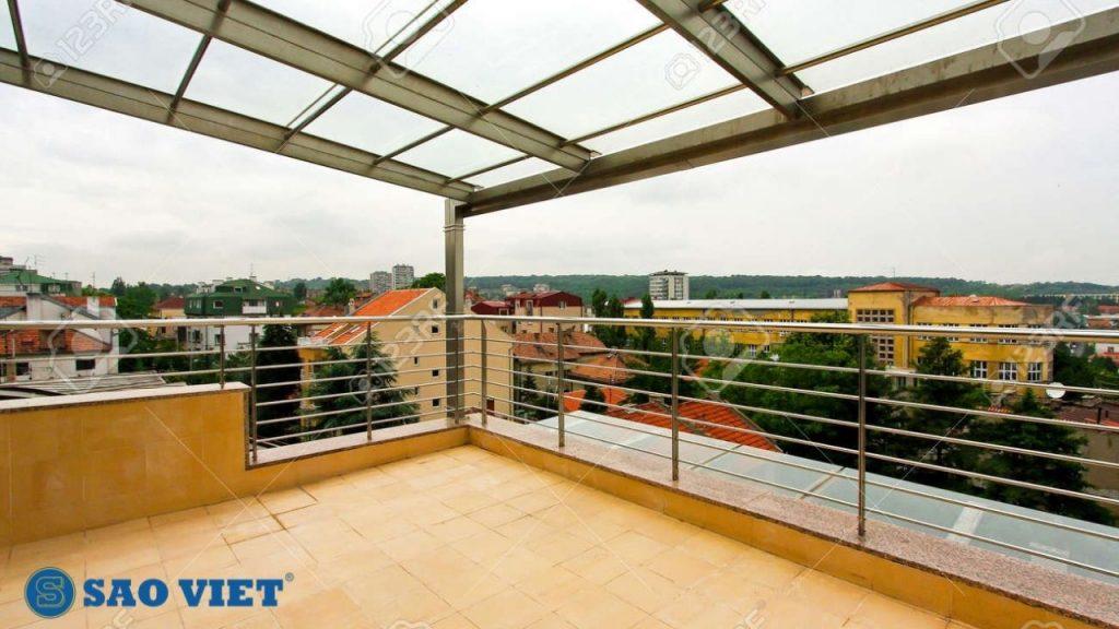 Mái kính giúp che mưa nắng, ngăn chặn nguy cơ thấm dột tòa nhà